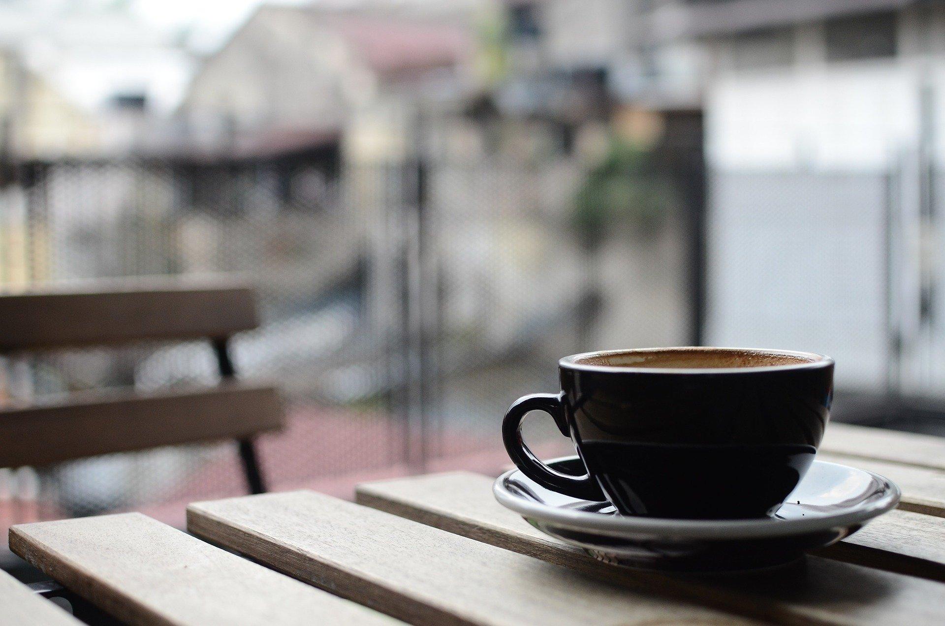 食後にコーヒーを飲む